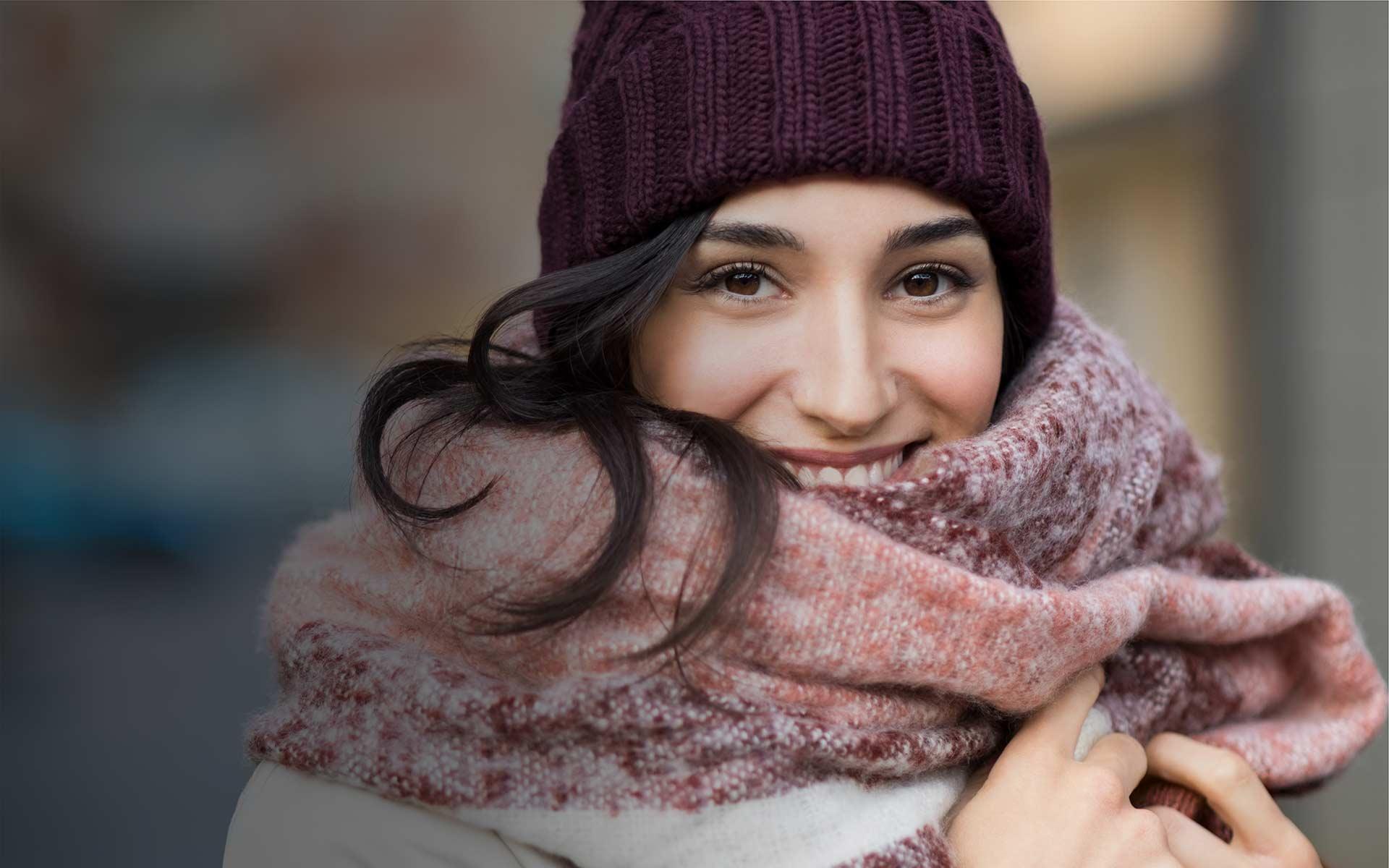 Frau jung schwarze Haare Schal kalt Winter Herbst Immunabwehr